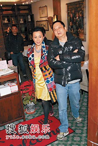 刘嘉玲邀众好友外出吃饭,在酒家留至昨晨,由张叔平扶着步出。