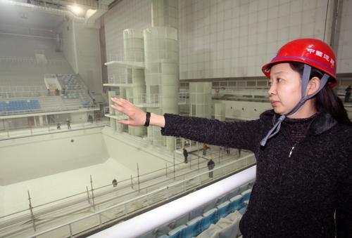 图为2007年12月28日,北京2008奥运会游泳馆--水立方内。女总工陈蕾在监督和指导工作。