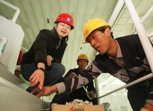 陈蕾(左)在水立方现场指导工作。