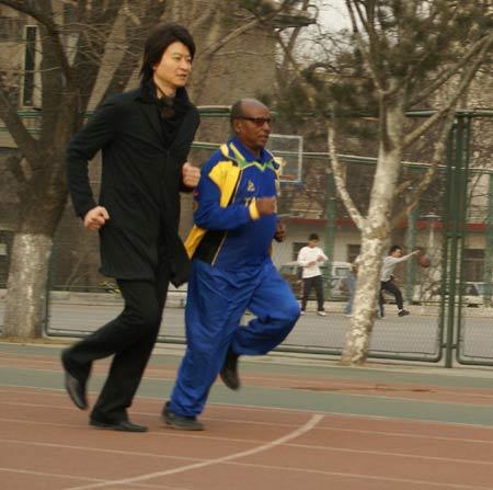 图文:阿赫瓦里拍摄《英雄》MV 与奥运英雄赛跑