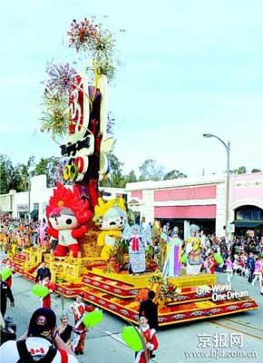 1月1日,参加游行的北京奥运主题花车经过帕萨迪纳市科罗拉多大道。当日,第119届玫瑰花车游行在美国加利福尼亚州帕萨迪纳市举行。