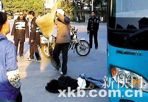 大巴车门打开后,被夹男子跌倒地上才被发现已经死亡。死者尸体被人盖上草席。