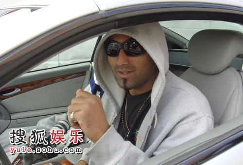 Adnan Ghalib坐在布兰妮的车内