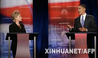 2007年10月30日,美国民主党总统竞选人、纽约州参议员希拉里·克林顿(左)在美国费城的德雷克塞尔大学与总统竞选人、伊利诺伊州参议员贝拉克·奥巴马进行电视辩论。 新华社/法新