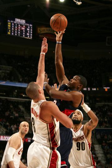 图文:[NBA]骑士险胜老鹰 约翰逊内线勾手