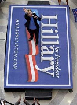 1月1日,美国总统候选人希拉里-克林顿在爱荷华州向支持者们挥手致意。