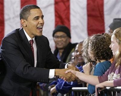 1月2日,美国总统候选人奥巴马在爱荷华州与选民握手。