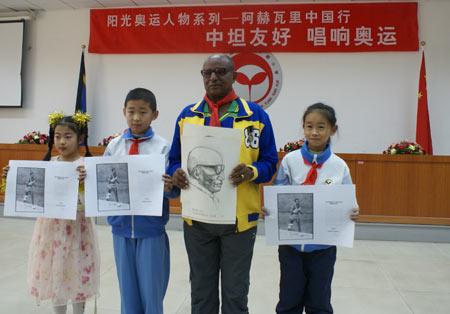 小学生为阿赫瓦里先生画像