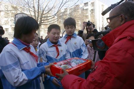 图文:阿赫瓦里与小学生共祝奥运 为冠军颁奖