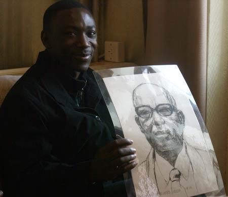 图文:阿赫瓦里与小学生共祝奥运 坦桑尼亚大使