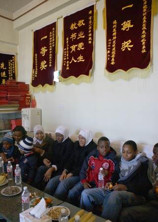 图文:阿赫瓦里与小学生共祝奥运 在官园小学