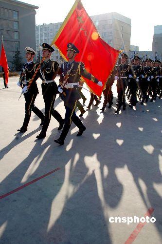 中国人民解放军三军仪仗队官兵在北京军营内进行队列训练-中国三军