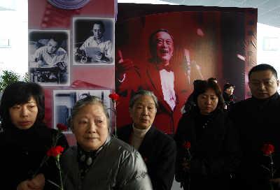 影迷自发来送孙老最后一程,人人手持红色康乃馨,寄悼哀思