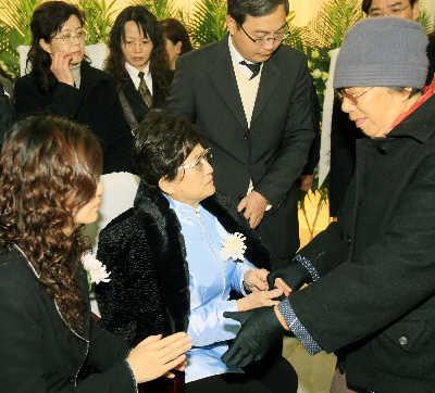 孙夫人王文娟非常哀痛,只能坐着接受大家的慰问