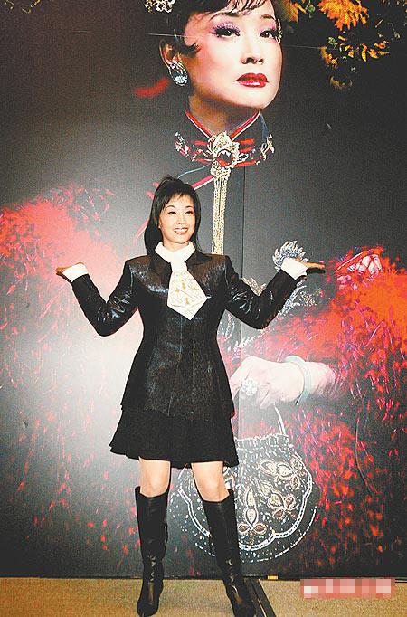 刘晓庆昨在台以短裙配马靴,配合可爱手势现身