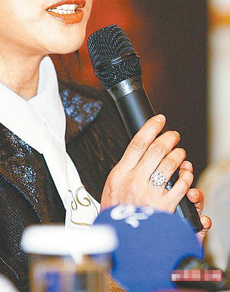 她称手上的钻戒比《色,戒》6克拉鸽子蛋还大。
