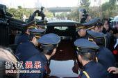 图:孙道临追悼会 棺材被搬上灵车