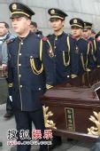 图:孙道临追悼会 灵柩被抬出