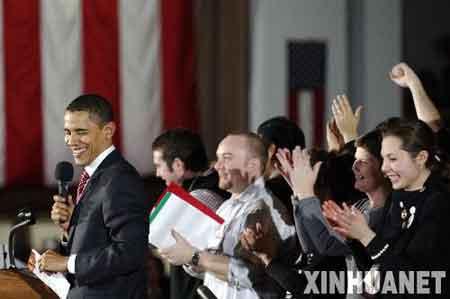 """1月2日,在美国中西部的艾奥瓦州首府得梅因,民主党总统竞选人奥巴马发表竞选演讲。艾奥瓦州将于1月3日举行2008年美国总统选举首场预选,这是今年美国大选的第一场""""前哨战"""",对于以后的选举有""""风向标""""和""""晴雨表""""的作用,格外引人关注。新华社记者张岩摄"""