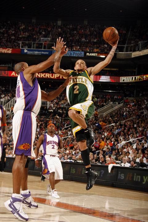 图文:[NBA]太阳胜超音速 韦斯特飞翔