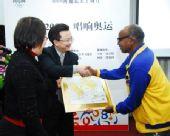 图文:阿赫瓦里中国行圆满结束 赠送手印
