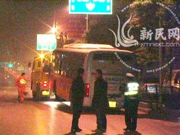 公交车被拖走 新民网网友 凌叶供图