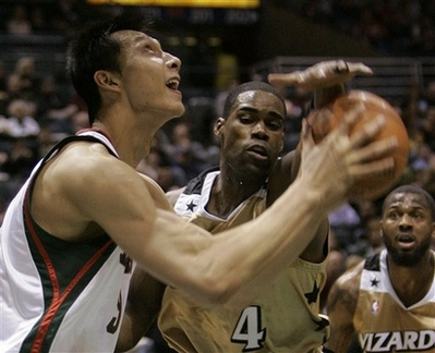 图文:[NBA]奇才vs雄鹿 贾米森阻击易建联