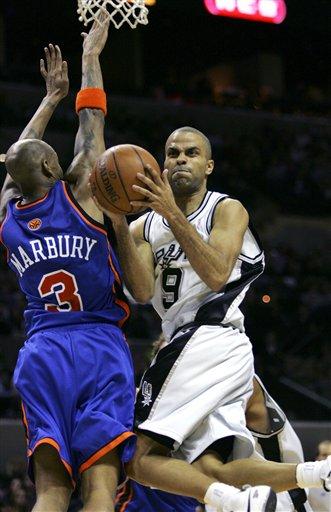 图文:[NBA]马刺胜尼克斯 帕克扭曲上篮