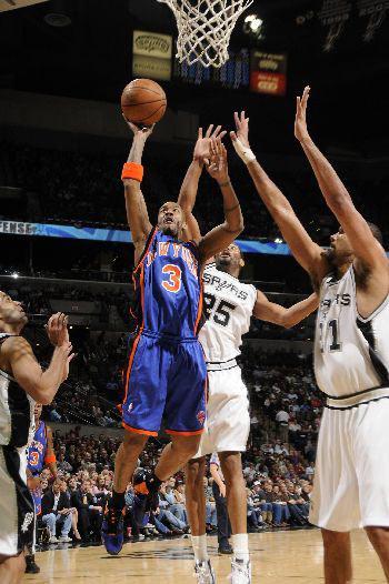 图文:[NBA]马刺胜尼克斯 马布里上篮