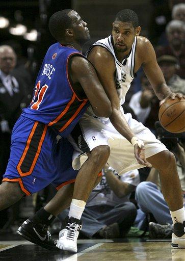 图文:[NBA]马刺胜尼克斯 邓肯遭遇推土机