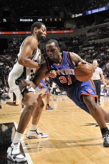 图文:[NBA]马刺胜尼克斯 库里突破霍里