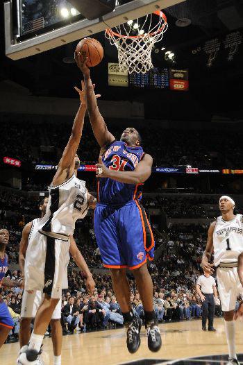 图文:[NBA]马刺胜尼克斯 小鲨鱼库里上篮