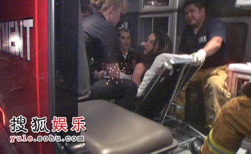 被推上救护车