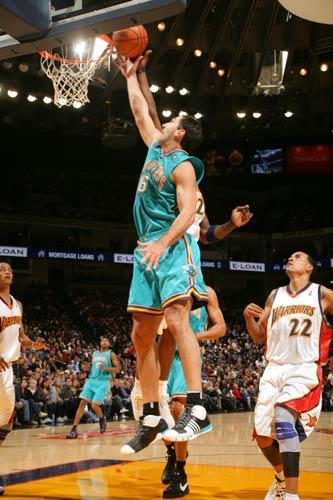 图文:[NBA]黄蜂胜勇士 佩贾篮下进攻