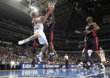 图文:[NBA]小牛胜热火 诺维茨基发威