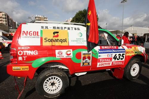 图文:08达喀尔被迫取消 奥丁赛车上的国旗