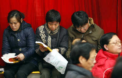 昨日,学生家长正在听取首场志愿填报公益讲座。早报记者 赵昀 图