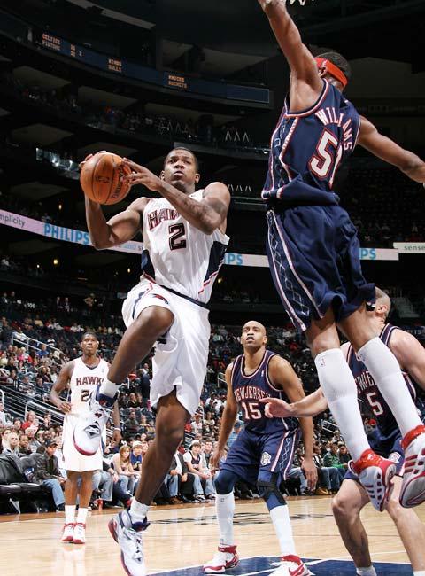 图文:[NBA]网VS老鹰 约翰逊上篮