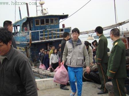 被救起的六十二名大陆渔工,已于昨日上午安全抵达泉州崇武 本报记者 谢向明 摄