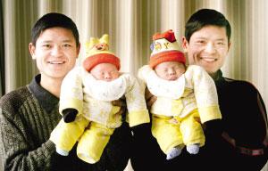 孙凤(左)和哥哥(右)抱着自己双胞胎儿子 本报记者 李文彬 摄