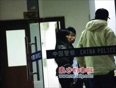 阿萍与丈夫到派出所报警。警方称无法给网友定罪,阿萍是成年人,应对自己的行为负责。