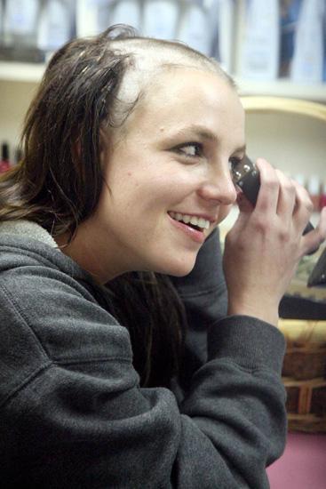 布兰妮在发型屋亲手剃头