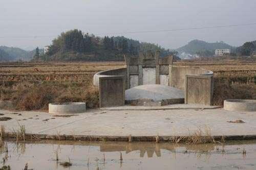 """马英九祖墓就建在水田里,两旁又有溪流围绕,被赞是""""风水上乘墓地""""。"""