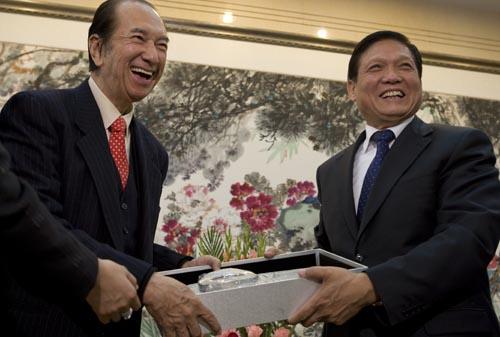 刘淇(右)向何鸿燊赠送礼物