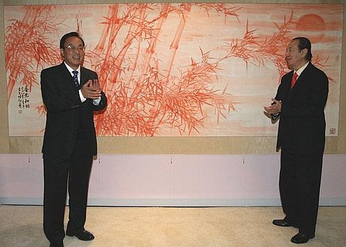 刘敬民(左)与何鸿燊为《春光和韵图》揭幕