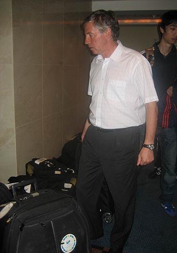 图文:国足迪拜首训 福拉多寻找行李