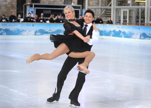 图文:英国演艺人士练习花滑 萨拉格林冰上飞舞