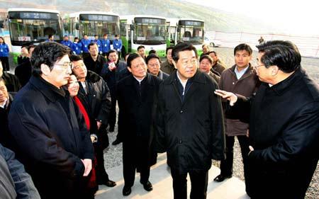 2008年1月4日至7日,中共中央政治局常委、全国政协主席贾庆林来到北京房山、大兴、密云、顺义、通州和东城等区县,就贯彻落实党的十七大精神,统筹城乡发展,进行调查研究。 新华社记者 高洁 摄