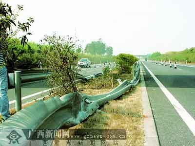 高速公路中央的防护栏被压得扁平。广西新闻网-南国早报 记者唐海波摄