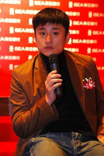 图文:东亚银行签约中国击剑队 王海滨答记者问